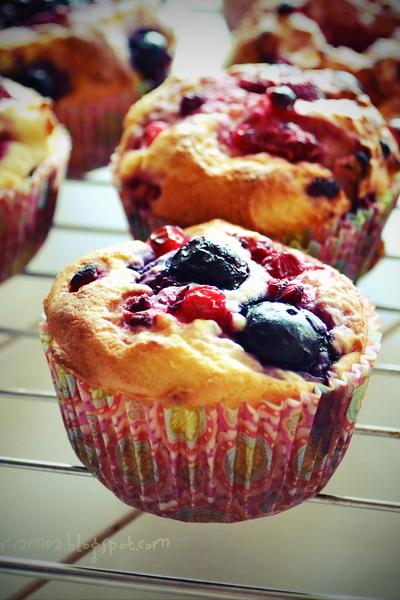 Muffins cu lime, ricotta și fructe de pădure