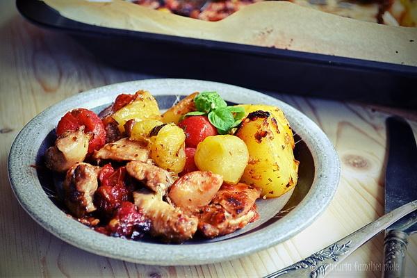 Pulpe de pui crocante și lipicioase, cu cartofi și roșii …