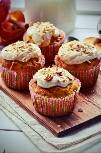 Muffins cu dovleac copt și măr, îmbrăcate în glazură de cream cheese cu scorțișoară și migdale