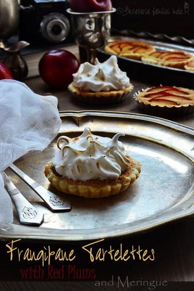 [:ro]Tartelette cu Prune roșii, cremă Frangipane și Bezea[:]