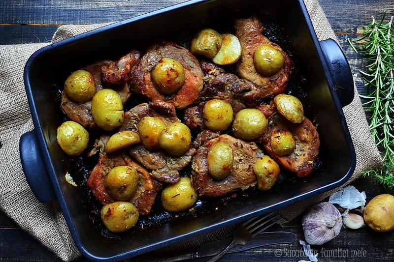 Ceafa de porc cu ierburi si cartofi noi