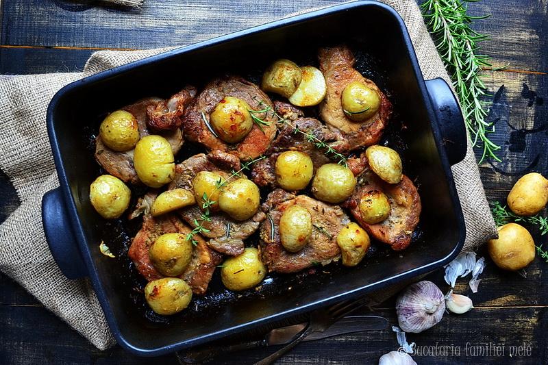 Ceafa de porc si cartofi noi