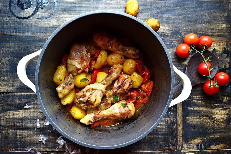 Pulpe inferioare de pui cu cartofi si rosii
