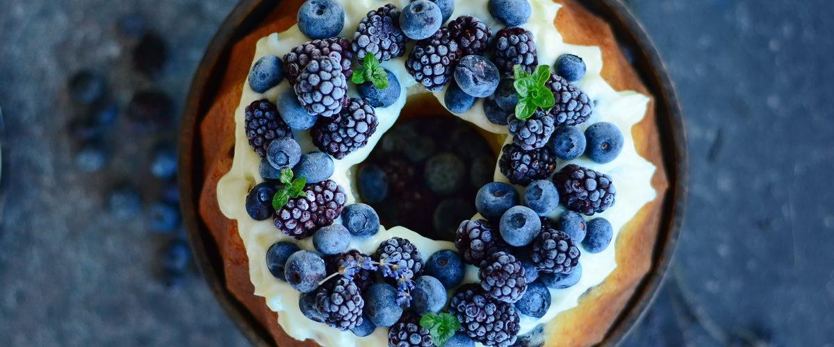 Best ever cake cu mascarpone si fructe negre de padure