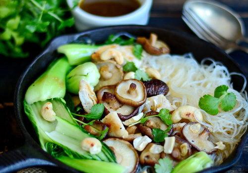[:ro]Ciuperci shiitake, Bok choy, Tăiței de celofan și piept de pui la grătar[:en]Mung bean noodles[:]