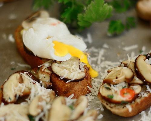Mic dejun pe paine prajita cu ciuperci Shiitake si oua posate