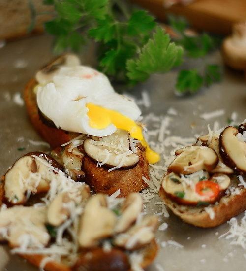[:ro]Mic dejun pe paine prajita cu ciuperci Shiitake si oua posate[:]