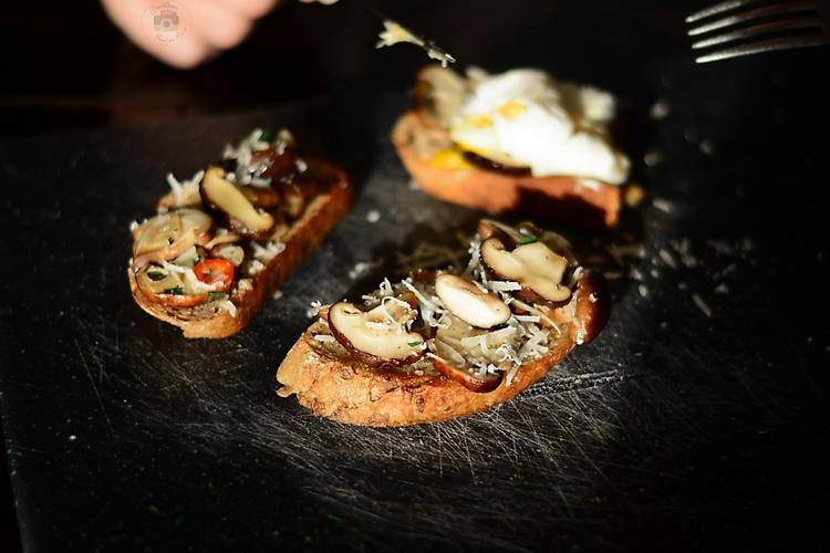 Mic dejun rapid si delicios - paine prajita cu ciuperci Shiitake si oua posate / oua romanesti