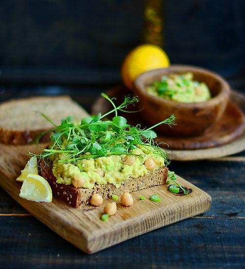 Sandwich cu pasta de năut, avocado și lăstari de mazăre