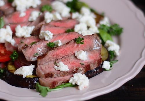 Steak cu vinete, rosii, branza si ierburi aromate