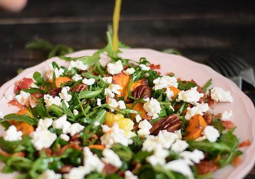 Salata de cartofi dulci copti, branza feta, nuci pecan şi rucola