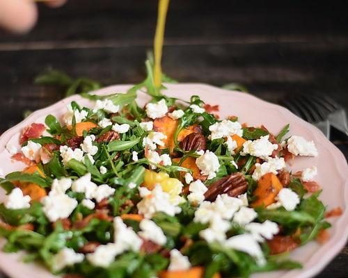 (Română) Salata de cartofi dulci copti, branza feta, nuci pecan şi rucola