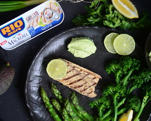 RIO mare file de macrou la gratar cu sos verde de iaurt, sparanghel si broccolini