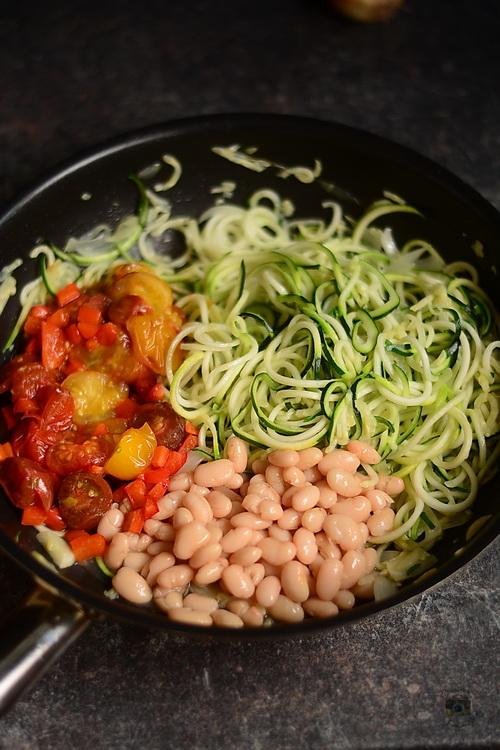 Zucchini spaghetti cu feta si rosii