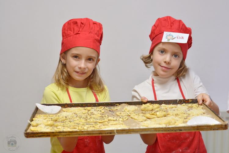 Atelier de gatit pAtelier de gatit pentru copii - reteta de covrigei - alex juncu- Bucataria familiei mele