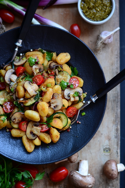 Gnocchi prăjiți cu pătrunjel, ciuperci și zucchini