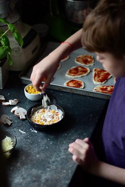 Mini Pizza rapida cu blat cu iaurt - Bucataria familiei mele