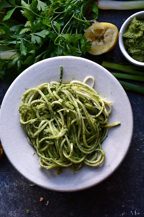 Zucchini Noodles cu pesto de avocado și pătrunjel - alex juncu- Bucătăria Familiei mele