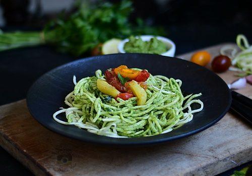 Tăiţei din zucchini / Zucchini spaghetti cu pesto din avocado și pătrunjel