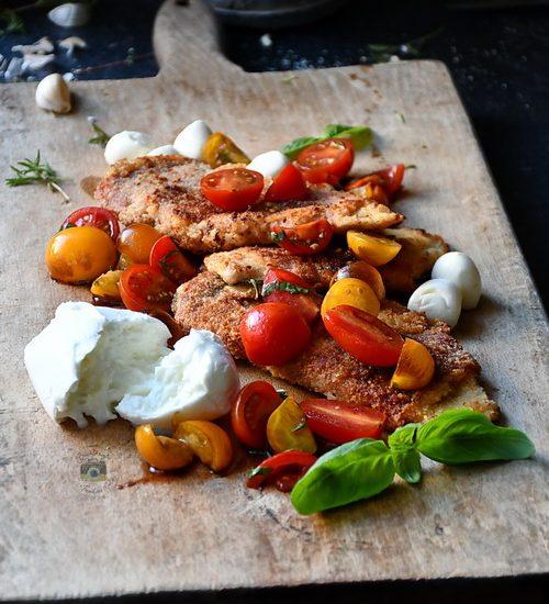 Șnițel din piept de pui / cu busuioc, prosciutto, salata de roșii și burrata