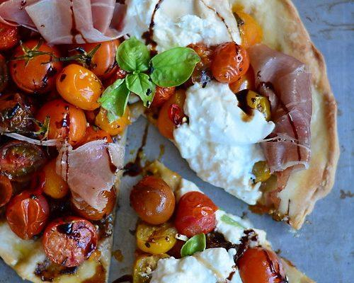 Pizza cu burrata și roșii