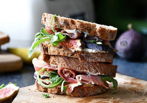 Sandwich cu smochine, prosciutto si crema de gorgonzola