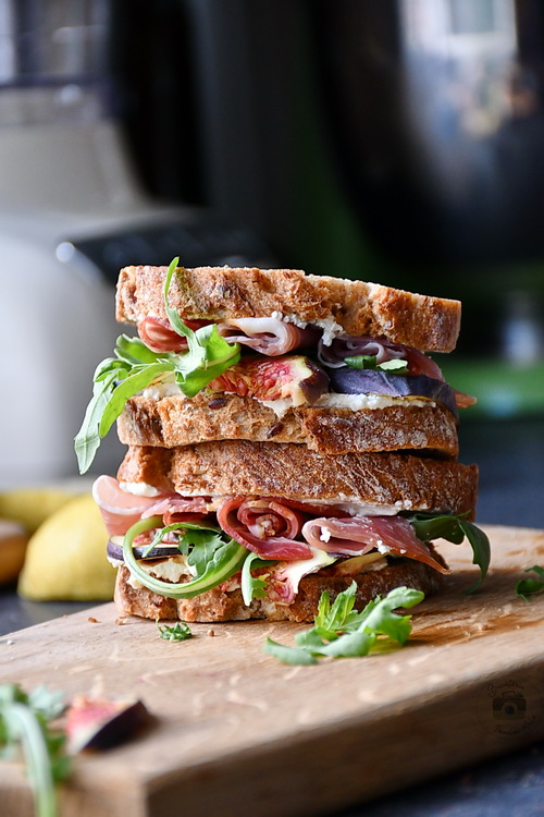 sandwich cu smochine , prosciutto si crema de gorgonzola- Bucataria familiei mele