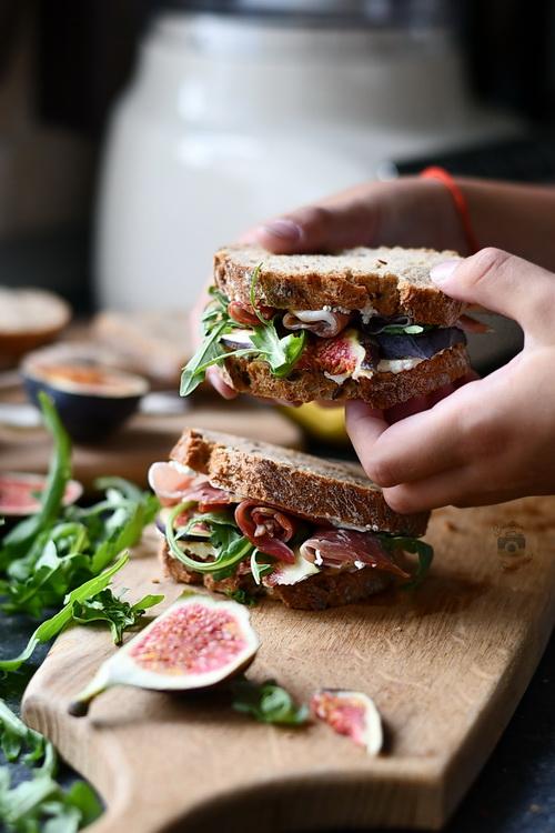 sandwich cu smochine , prosciutto si crema de gorgonzola- Alex Juncu