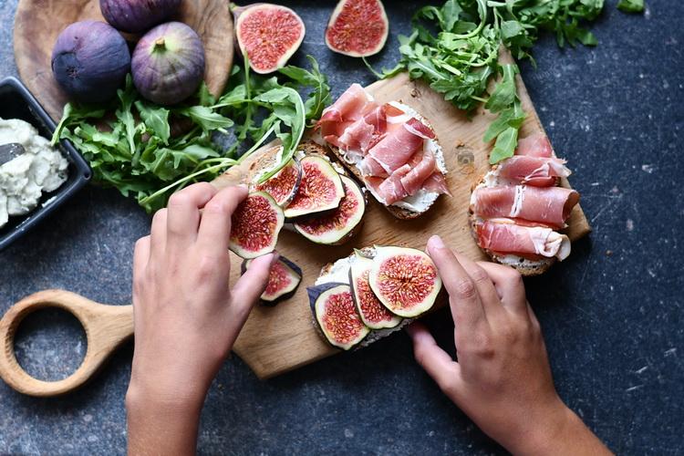 sandwich cu gorgonzola, smochine si prosciutto - Alex Juncu