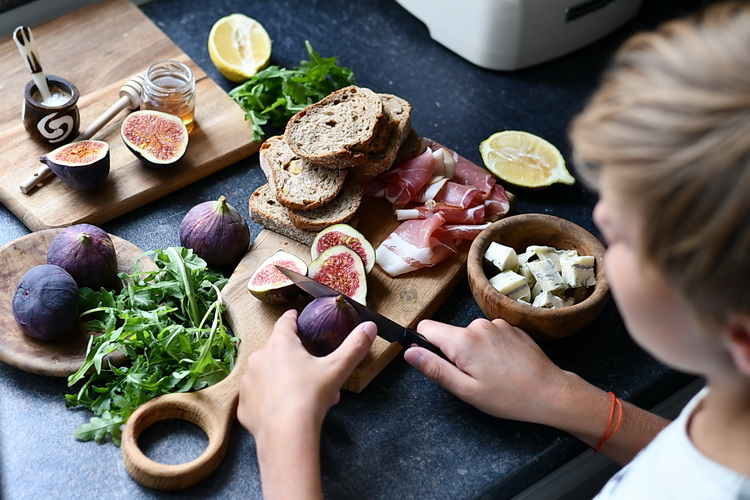 sandwich cu gorgonzola, smochine si prosciutto - Bucătăria familiei mele
