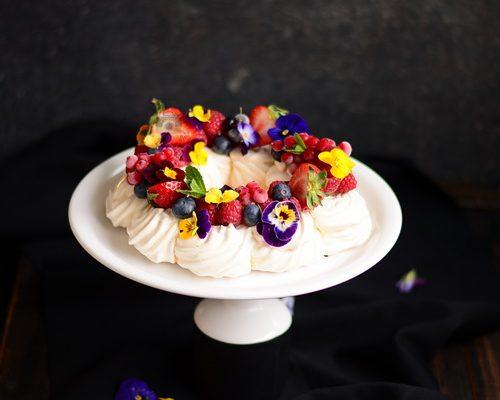 Pavlova coroniță cu fructe de pădure