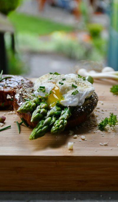 Portobello la grătar cu sparaghel și ou poșat
