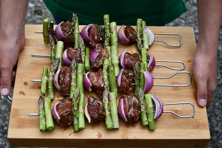 sirloin steak kebab cu sparaghel