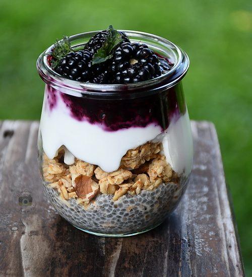 Cheesecake vegan cu fructe de pădure, granola și semințe de Chia
